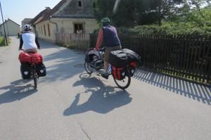 Mlada družinica s prirejenim kolesom za vožnjo otroka