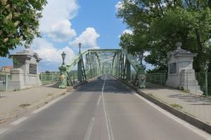 Preko mostu iz Slovaške na Madžarsko stran