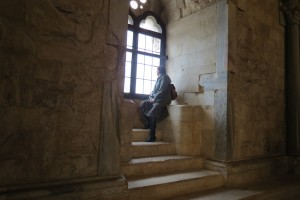 ....le kako jim je bilo v tem skrivnostnem gradu....brez kuhinje, shramb.....samo sobe  povezane druga z drugo v dveh nadstropjih in na sredi osmerokotno kamnito dvorišče.....