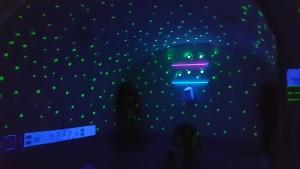 Notranji bazenček pod fluorescentnimi zvezdicami