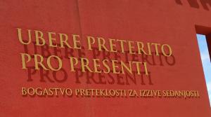 Na poti domov sva se ustavila na kavi v Rimskih toplicah in zagledala tale napis na stavbi.......kako lep zaključek najinih terapevtskih počitnic!